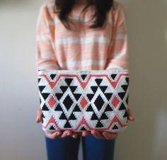 Crochet Handbags Ethnic crochet clutch pattern made in tapestry crochet. Crochet Clutch Pattern, Tapestry Crochet Patterns, Crochet Pouch, Crochet Hook Set, Love Crochet, Knit Crochet, Crochet Bags, Crochet Handbags, Crochet Purses
