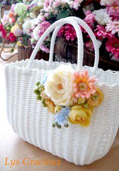 ★かごバッグレッスン2015♪始まります☆ |札幌ポーセラーツ・フラワー・クレイLys Gracieux〜リスグラシュ〜 Diy Tote Bag, Diy Purse, Embroidery Bags, Silk Ribbon Embroidery, Crochet Beach Bags, Crochet Basket Pattern, Flower Bag, Diy Handbag, Jute Bags