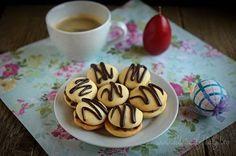 Mod de preparare Paleuri cu ciocolata: Untul topit partial se mixeaza cu zaharul, un praf de sare si esenta de vanilie pana devine ca o crema si nu se mai simt