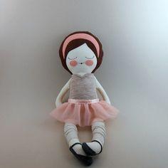 Anna est une poupée de chiffon méticuleusement cousus, mettant en vedette main embriodered et détails appliquées. Seuls les matériaux les plus