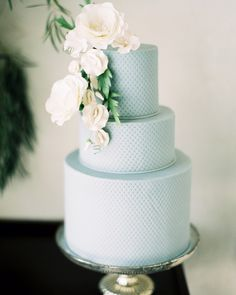 Get the best design ideas for wedding cakes with sugar flowers, whether the decorations are made from gum paste or fondant. Fondant Wedding Cakes, Fondant Cakes, Textured Wedding Cakes, Outdoor Wedding Inspiration, Wedding Ideas, Wedding Details, Decor Wedding, Wedding Pics, Wedding Venues