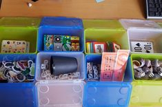 Busy boxes Via juf Meriam Wortman 2 Sensory Boxes, Busy Boxes, Kids Class, Reggio Emilia, Paper Clip, After School, Special Education, Kids And Parenting, Classroom