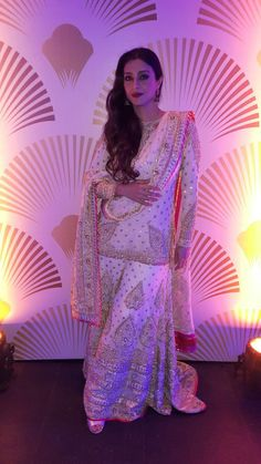 STEALING IT IN A SHARARA!  Tabu chose an off-white, georgette, badla sharara with impossibly delicate gold & silver zardozi and gota accents. Worn with a dramatic gold dupatta, the outfit did full justice to the stunning Diva.