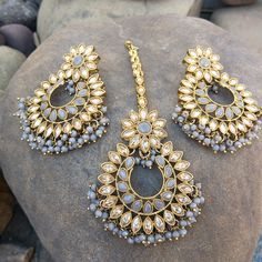 This Lightweight Golden Color Traditional Grey Earrings with Maang Tikka for Party is very much in high trend gives you a real ethnic as well as royal Tika Jewelry, Indian Jewelry Earrings, Indian Jewelry Sets, Indian Accessories, Jewelry Design Earrings, Head Jewelry, Indian Wedding Jewelry, Pearl Earrings, Antique Jewellery Designs