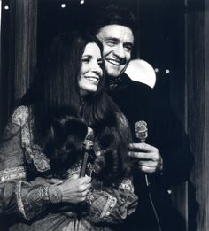Immortalized in books, films, and countless songs, the marriage of Johnny Cash and June Carter Cash is one of the great love stories of modern times. What are some of your favorite Johnny and June Carter Cash duets? Johnny Cash June Carter, Johnny E June, Johnny Cash Love Letter, Country Singers, Country Music, John Cash, Rock Couple, Moda Rock, Shannon Tweed