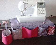 Facile à faire et très pratique, le tapis pour machine à coudre est l'accessoire indispensable à avoir quand on est passionné de couture. Grâce à lui, vous avez tout à porter de main pour coudre, fini de perdre du temps à chercher, tout est rangé et accessible..Découvrez comment les blogueuse...