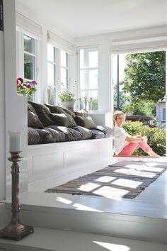 Sådan en indbygget sofa vil jeg gerne have.