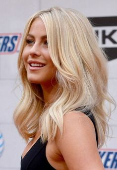 Medium Wavy Hairstyle for Blond Hair