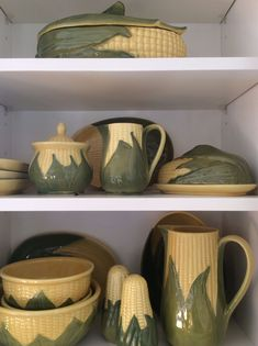 My grandmother actually had these dishes at their farmhouse! Country Farm, Vintage Country, Vintage Farmhouse, Vintage Kitchen, Retro Vintage, Country Kitchen, Vintage Dishware, Vintage Dishes, Vintage Table