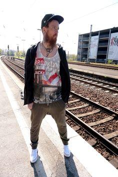 Die Bahn hat Verspätung -Was soll's. Wir warten gerne in der Sonne! JOCHEN trägt: Joggpant, SOLID Shirt, JACK & JONES Strickjacke, JACK & JONES Mütze, HYPE