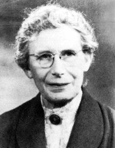 Inge Lehmann fue una sismóloga danesa. Después de Oldham y Gutenberg, pudo deducir que el núcleo terrestre tiene una parte sólida en el interior del núcleo líquido; el límite entre los núcleos sólido y líquido . Además, Lehmann le puso el nombre a muchas de las fases sísmicas que se encuentran por el interior de la Tierra.