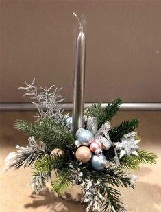 castiçal simples Christmas Candle Decorations, Christmas Flower Arrangements, Christmas Candles, Holiday Decor, Christmas Mood, Christmas Wreaths, Christmas Crafts, Deco Floral, Diy Christmas Wreaths