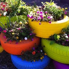 gardens-tire-planters Finally a use for old tires. Someone was resourceful. It would even be cute to use painted tires for when you plant potatoes! IF you plant potatoes LOL Old Tire Planters, Garden Planters, Flower Planters, Diy Planters, Planter Ideas, Outdoor Planters, Planter Boxes, Outdoor Decor, Outdoor Ideas