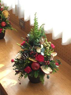 クリスマスのテーブルツリー Christmas Advent Wreath, Winter Christmas, Christmas Holidays, Christmas Flower Arrangements, Christmas Flowers, Christmas Tree Decorations, Holiday Decor, Deco Table, Handmade Christmas