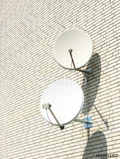 Cremefarbene Klinkerfassade mit zwei Satellitenschüsseln in Bielefeld-Schildesche im Teutoburger Wald
