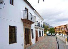 MÁLAGA, CORTES DE LA FRONTERA.  Casa rural La Casa de Tita Dolores. Con capacidad para 15 personas, dispone de #seis_dormitorios, tres cuartos de baño, tres salones con chimenea, cocina equipada, patio interior y patio exterior con #barbacoa. Se encuentra en el centro del pueblo, situado entre los parques naturales de #Grazalema y #Los_Alcornocales. #casa_grande_en_Málaga http://www.fotoalquiler.com/lacasadetitadolores