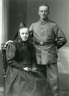 """Soldat aus Kerspenhausen mit Ehefrau oder Mutter, um 1916"", in: Historische Bilddokumente <http://www.lagis-hessen.de/de/subjects/idrec/sn/bd/id/144-033> (Stand: 8.3.2011) #Hersfeld"