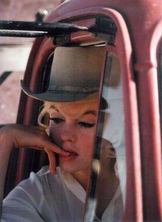 "Marilyn Monroe on set filming ""The Misfits"", 1960 - Eve Arnold // Magnum Photos Marylin Monroe, Fotos Marilyn Monroe, Brigitte Bardot, The Misfits, Divas, Magnum Photos, Chapeau Cowboy, Mazzy Star, Katharine Ross"