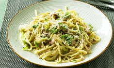 This has all the flavour, but is lower in fat and salt than traditional carbonara - plus, it contains more vegetables. Uk Recipes, Diabetic Recipes, Cooking Recipes, Healthy Recipes, White Pasta, Vegetarian Dinners, Pasta Dishes, Spaghetti, Yummy Food