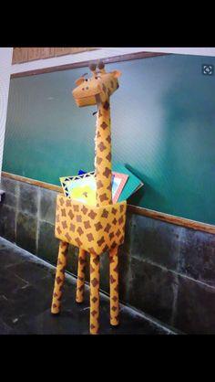Arte, Educação e Sucata: Girafa de sucata Mais Jungle Theme Classroom, Preschool Classroom, Classroom Themes, Preschool Jungle, Jungle Decorations, School Decorations, Vbs Crafts, Preschool Crafts, Art For Kids