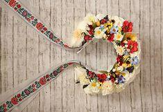 Parta je vyrobená z rôznych kvetov aaranžérskych bobúľ. Základ tvorí kovová čelenka, ktorá jepre pohodlné nosenie obalená stuhou a podlepená filcom. Je krásne pestrofarebná a bohato zdobená ... Wiccan Wedding, Corona Floral, Church Wedding Decorations, Ribbon Headbands, Big Party, Flower Crown, Flower Power, Headpiece, Folk Art