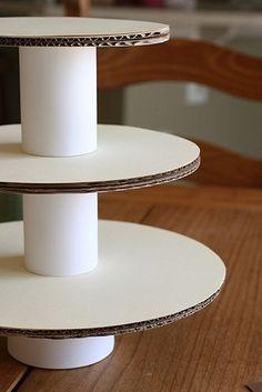Desglosando un Cumple cuarta parte... La bandeja para cupcakes la realice a partir de bandejas para tortas, diferentes tamaños. Cada porta...