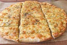 Malzemeler: 1 Adet ekmek hamuru 1 Adet ince kıyılmış sarımsak 1 Yemek kaşığı tereyağ Rendelenmiş mozerella, permesan veya kaşar peyniri (en az iki çeşit peynir kullanmanızı tavsiye ediyorum) 1 yemek kaşığı kadar kurutulmuş fesleğen (kekikte olabilir) Tuz ve karabiber Yapılışı: Ekmek hamurunu yağlı ...