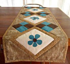 Produto confeccionado em tricoline 100% algodão. Trabalho em blocos de Patchwork. Estruturado com manta acrílica,. Forrado com americano cru. Quiltado.  Medidas: 0,44 cm x 1,43 cm  Ideal para decorar sua casa. Usando como trilho de mesa, ou sobre um aparador. Ou na versão tete-a-tete para servir com requinte um jantar a dois ou mais pessoas. Tenho disponível 2 peças.  Pode ser confeccionada em outros padrões e cores. R$ 259,24