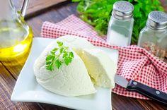 Το ρικότα δεν θεωρείται ακριβώς τυρί, αλλά ένα παραπροϊόν που προκύπτει κατά την παραγωγή τυριών. Αν μεταφράζαμε την ιταλική λέξη «ricotta» στα ελληνικά, θα σήμαινε «μαγειρεμένο δύο φορές». Αν το φτιάξουμε στο σπίτι, θα καταλάβουμε και τον λόγο.. Camembert Cheese, Dairy, Ricotta, Food, Essen, Meals, Yemek, Eten