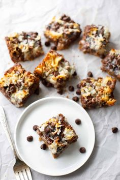 These incredible ooey-gooey coconut magic bars are my favorite dessert EVER! These magic cookie bars will honestly change your life! Coconut Desserts, Coconut Cookies, Coconut Recipes, Easy Desserts, Coconut Bars, Healthy Recipes, Sweet Recipes, Delicious Desserts, Yummy Food
