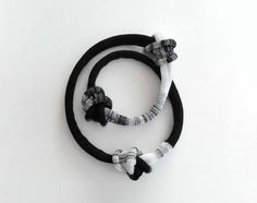 Nouez le collier, le collier longue déclaration, collier tricot noir et blanc