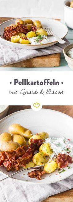 Bei den einfachen Rezepten, die wirklich glücklich machen, stehen Pellkartoffeln ganz oben auf der Liste. Mit Quark und Bacon schmecken sie extra lecker.