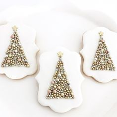 Here are the best Christmas Cookies decorations ideas for your inspiration. These Christmas Sugar Cookies decorated with royal icing are cutest desserts. Christmas Wreath Cookies, Iced Cookies, Cookies Et Biscuits, Holiday Cookies, Royal Icing Cookies, Snowflake Cookies, Cute Christmas Desserts, Noel Christmas, Holiday Desserts