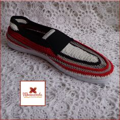 Calzado casual para caballeros hecho a mano en la técnica de crochet. Por #MussaendaCroche. www.facebook.com/... www.instagram.com... twitter.com/... #moda #estilo #crochet #hechoamano #Venezuela #fashion #style #handmade #crochetshoes #zapatosparahombres #menshoes