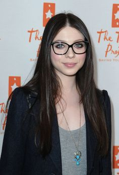 Davis Vision - Michelle Trachtenberg goes big with oversized glasses Georgina Sparks, Celebrities With Glasses, Winter Typ, How To Become Pretty, Roselyn Sanchez, Carey Mulligan, Wearing Glasses, Zoe Saldana, Girls With Glasses