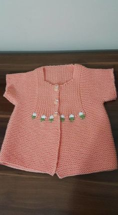 Striped short and long-sleeved baby cardigan Knitting For Kids, Baby Knitting Patterns, Knitting Designs, Crochet Girls, Crochet Baby, Knit Crochet, Baby Vest, Baby Cardigan, Vestidos Color Melon
