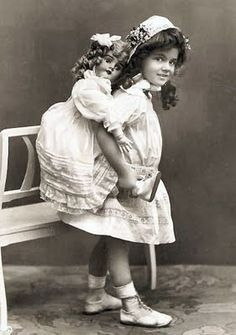 I picture that doll whispering in her ear. Old dolls are so creepy. Vintage Children Photos, Images Vintage, Vintage Girls, Vintage Photographs, Vintage Postcards, Vintage Toys, Victorian Dolls, Antique Dolls, Girl Photos