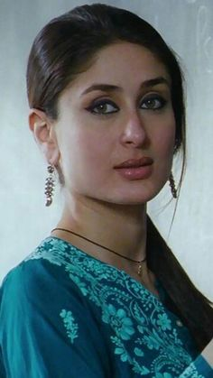 Kareena Kapoor is an Indian actress who appears in Bollywood films. She is the daughter of actors Randhir Kapoor and Babita, and the younger sister of actress Karisma Kapoor. Indian Celebrities, Bollywood Celebrities, Bollywood Actress, Bollywood Heroine, Bollywood Stars, Bollywood Fashion, Beautiful Indian Actress, Beautiful Actresses, Karena Kapoor