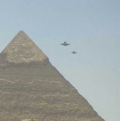 Find images and videos about alien, egypt and ufo on We Heart It - the app to get lost in what you love. Aliens Und Ufos, Les Aliens, Ancient Aliens, Ancient Egypt, Paranormal, Crop Circles, Mystery, Unidentified Flying Object, Unexplained Phenomena