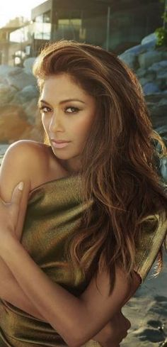 Nicole Scherzinger, gold one shoulder dress,