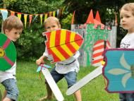 Feiern wie im Mittelalter Celebrate like in the Middle Ages - DIY knight sword and knight shield Princess Birthday, Diy Birthday, Mike The Knight, Castle Party, Picnic Blanket, Outdoor Blanket, Medieval Party, Knight Party, Pirate Party