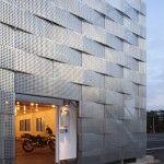 Un lamiera di acciaio forata e piegata caratterizza la nuova facciata dell' Edogawa Garage Club a Tokyo