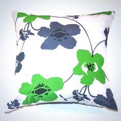 Oreiller carré - Motifs floraux vert et gris Motif Floral, Throw Pillows, Motifs, Bed, Home, Exterior Homes, Neck Pillow, Toss Pillows, Cushions