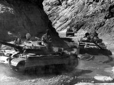 Dos T-62 y BMP-1 se mueve a través de una garganta en Kandahar, Afganistán. La guerra afgano-soviética. Sherman Spam