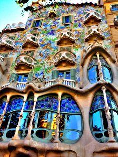 GAUDI : La Pedrera (Casa Mila) à Barcelone située : Pg. Gràcia, 92 Version Voyages; www.version-voyages.fr coffrets cadeaux, billets d'avion www.flyingpass.fr