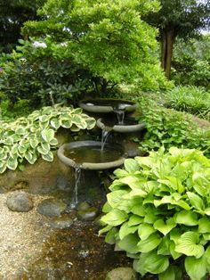 U kunt ook een watervalletje of fontein in de tuin aanbrengen. Het geklater van water is een natuurlijk geluid dat minder storend is en dat achtergrondlawaai kan overstemmen.