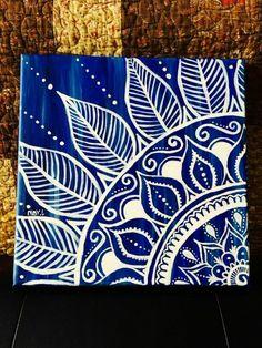 dibujar mandalas, parte de mandala como cuadro, fondo azul, mandala en blanco Easy Mandala Drawing, Mandala Art Lesson, Mandala Artwork, Mandalas Painting, Mandalas Drawing, Small Canvas Art, Diy Canvas Art, Mandala Design, Dibujos Zentangle Art
