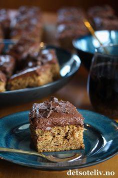 Her kommer et tips om en deilig langpannekake med smak av krydder, kaffe og sjokolade, som passer godt til kalde vinterdager. Denne krydderkaken er veldig rask å lage; du bare rører sammen deigen og så er den klar for steking! Surmelk gjør kaken ekstra myk og god. Kaken inneholder samme type krydder som man vanligvis bruker i pepperkaker: Malt kanel, kardemomme, ingefær og nellik. Glasuren smaker sjokolade og kaffe, og er kjempegod sammen med kryddersmaken på kaken. Oppskriften er til stor… Fancy Desserts, No Bake Desserts, Sweet Recipes, Cake Recipes, Norwegian Food, Something Sweet, Let Them Eat Cake, No Bake Cake, Sweet Tooth