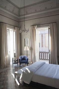 No começo, temos Zé hospedado num hotel tipo Copacabana Palace, preparando-se para um grande lançamento.