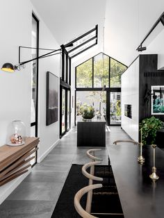 Light is the consummate sculptor in this contemporary inner-city Tamboerskloof sanctuary by Renato Graca of GSquared Architects. Elegant Home Decor, Elegant Homes, Location Paris, Zinc Cladding, White Heaven, Cabinet D Architecture, A Frame House, Home Look, Interior Lighting